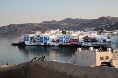 Sikt på små vita hus i staden Mykonos royaltyfri foto