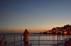 Sikt på solnedgångstrand- och landsljus Royaltyfria Foton