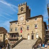 Sikt på stället av Republica med stadshuset i Cortona - Italien royaltyfri bild