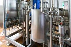 Sikt på stålrörledningarna på mjölkafabriken Fotografering för Bildbyråer