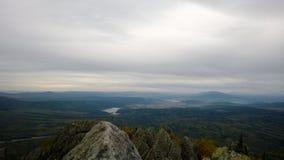Sikt på stad från bergstoppet Arkivfoto
