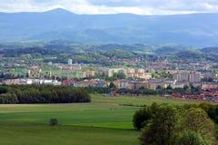 Sikt på stad och bergskedja Royaltyfria Bilder