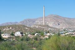 Sikt på staden av Hayden Arizona med bunten av kopparmalmsmältaren arkivfoto
