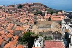 Sikt på staden från gamla stadsväggar i den gamla staden av Dubrovnik, Kroatien Royaltyfria Foton