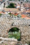 Sikt på staden från gamla stadsväggar i den gamla staden av Dubrovnik, Kroatien Arkivbild