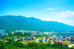 Sikt på staden i bergen Arkivbild