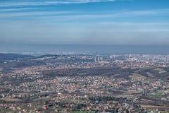 Sikt på staden med trevlig delvist molnig blå himmel Arkivfoto