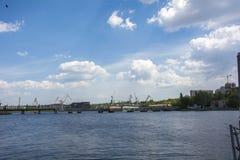 Sikt på staden och himlen från floden Arkivbild
