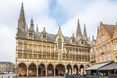 Sikt på stadshuset av Ypres - Belgien arkivfoto