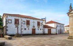 Sikt på stadshuset med pillary i hastigheter, Portugal Arkivfoton
