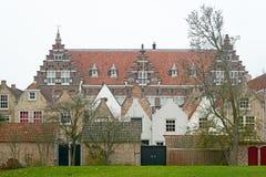 Sikt på Statenschoolen i Dordrecht med 17th århundradehus Arkivfoton