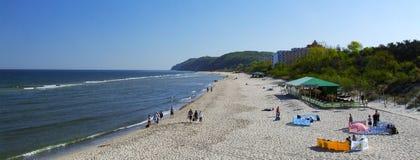 Sikt på stranden i Miedzyzdroje över det baltiska havet i västra Polen Royaltyfri Bild