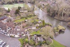 Sikt på stugor och floden Avon, England, Förenade kungariket Arkivfoto