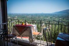 Sikt på terrassen av den grekiska tavernaen Royaltyfria Foton