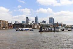 Sikt på Thames River och moderna glasade kontorsbyggnader, London, Förenade kungariket Royaltyfri Foto