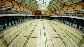 Sikt på tom simbassäng i Victoria Baths Manchester England arkivbilder