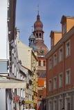 Sikt på tornen av den Riga domkyrkan, St Peters Church och et Arkivbilder