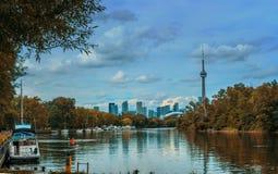 Sikt på Toronto som är i stadens centrum från ön Fotografering för Bildbyråer