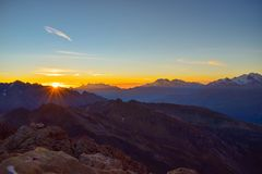 Sikt på Torrenthornen på en solig höstdag som ser de schweiziska fjällängarna, Schweiz/Europa fotografering för bildbyråer