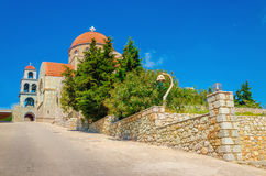 Sikt på typisk kyrka för grek med klassiskt rött taklägga, grek Isl Arkivfoto