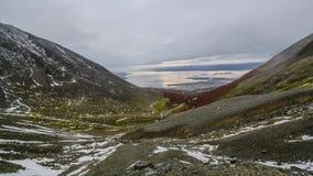 Sikt på Ushuaia under solnedgång från den krigs- glaciären Höst i Patagonia, den argentinska sidan arkivfilmer