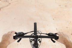 Sikt på vägen från cykeln Arkivfoto