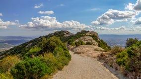Sikt på vägen till Montserrat Abbey i Spanien Royaltyfri Bild
