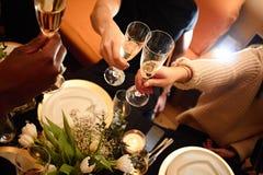 Sikt på vänner som har drinkar i stången, närbild royaltyfria foton