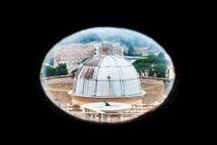 Sikt på Vaticanen till och med litet fönster i basilika för St Peter ` s Arkivbilder
