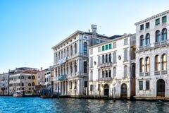 Sikt på vithus i Venezia, Italien Royaltyfri Bild