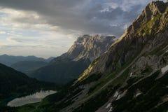 Sikt på Zugspitze från österrikiska fjällängar royaltyfria foton