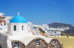 Sikt på kyrkan på Santorini, grekisk Aegean ö Royaltyfria Bilder