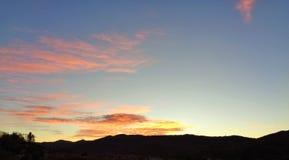Sikt precis för soluppgång på berget royaltyfria foton