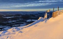 Sikt som är norrländsk i vinter under solnedgång Royaltyfria Bilder