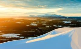 Sikt som är norrländsk i vinter under solnedgång Royaltyfri Bild