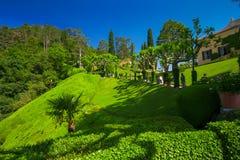 Sikt som arbeta i trädgården i villan Balbianello, Italien Villan användes för plats för flera filmer som kasinot Royale och Star Royaltyfri Fotografi