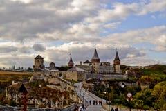 Sikt som förbiser stadens slott Arkivbild