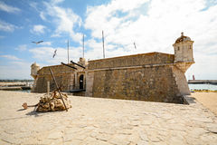 Sikt som hänrycker porten av fästningen forte- da Ponta da Bandeira i Lagos, Algarve Portugal Europa Royaltyfria Bilder