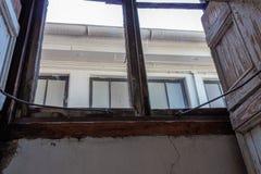 Sikt som ser upp ut ur ett kleristoriumfönster, tydlig skada för tungt vatten royaltyfri foto