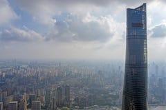 Sikt som ska överträffas av det Shanghai tornet och Shanghai horisont fotografering för bildbyråer