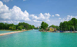 Sikt som ska hänryckas till den Siofok hamnen på Balaton sjön, Ungern Royaltyfria Foton