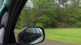 Sikt som ut ser fönstret av det rörande medlet som reser ner det mellanstatligt lager videofilmer