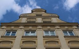 Sikt till överkanten av en gul storartad historisk byggnad i den Maximilian gatan i Augsburg, Tyskland royaltyfria bilder