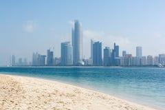 Sikt till Abu Dhabi horisont från stranden, Förenade Arabemiraten Royaltyfri Foto