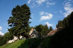 Sikt till berömda Fischburg i gardenadalen i södra tyrol Arkivfoto
