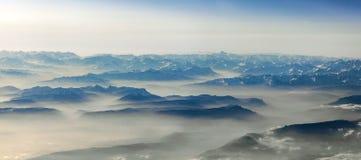 Sikt till berg av fjällängarna Arkivfoto