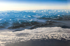 Sikt till berg av fjällängarna Arkivbilder