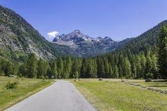 Sikt till berg från den LaThuile dalen Fotografering för Bildbyråer