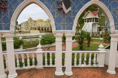 Sikt till byggnaderna av slotten Istana Maziah för sultan` s i Kuala Terengganu, Malaysia royaltyfri foto