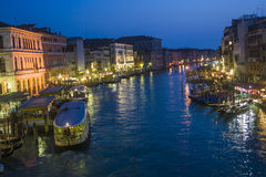 Sikt till Canale som är stor vid natt i Venedig, Italien Arkivbild